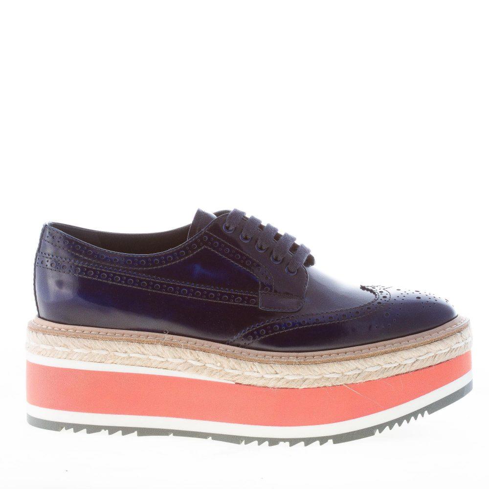 PRADA donna scarpa derby in pelle spazzolata BLU cobalto con zeppa ... cbd1a6ea9fd